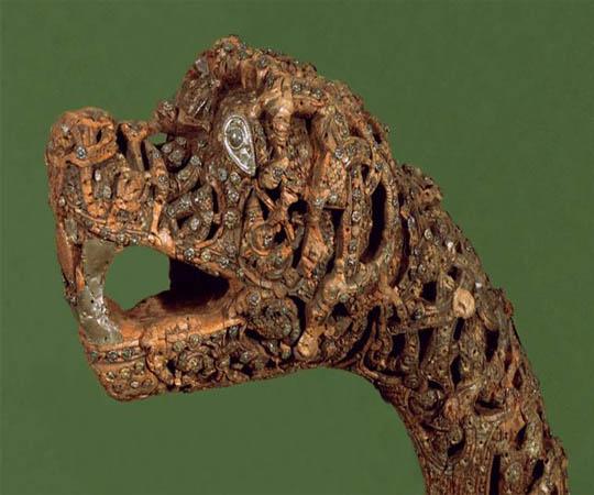 """Драккар (от норвежского """"Drakkar"""", от древнескандинавского Drage - что обозначает """"дракон"""", а Kar - """"корабль"""", другими словами - """"корабль-дракон"""") - так ныне принято называть деревянные корабли викингов как длинные так и узкие, с высоко поднятым носом и кормой."""