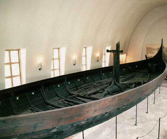 Деревянный корабль викингов в музее Драккаров в Осло